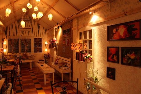 Gác Hoa (Attic) Café